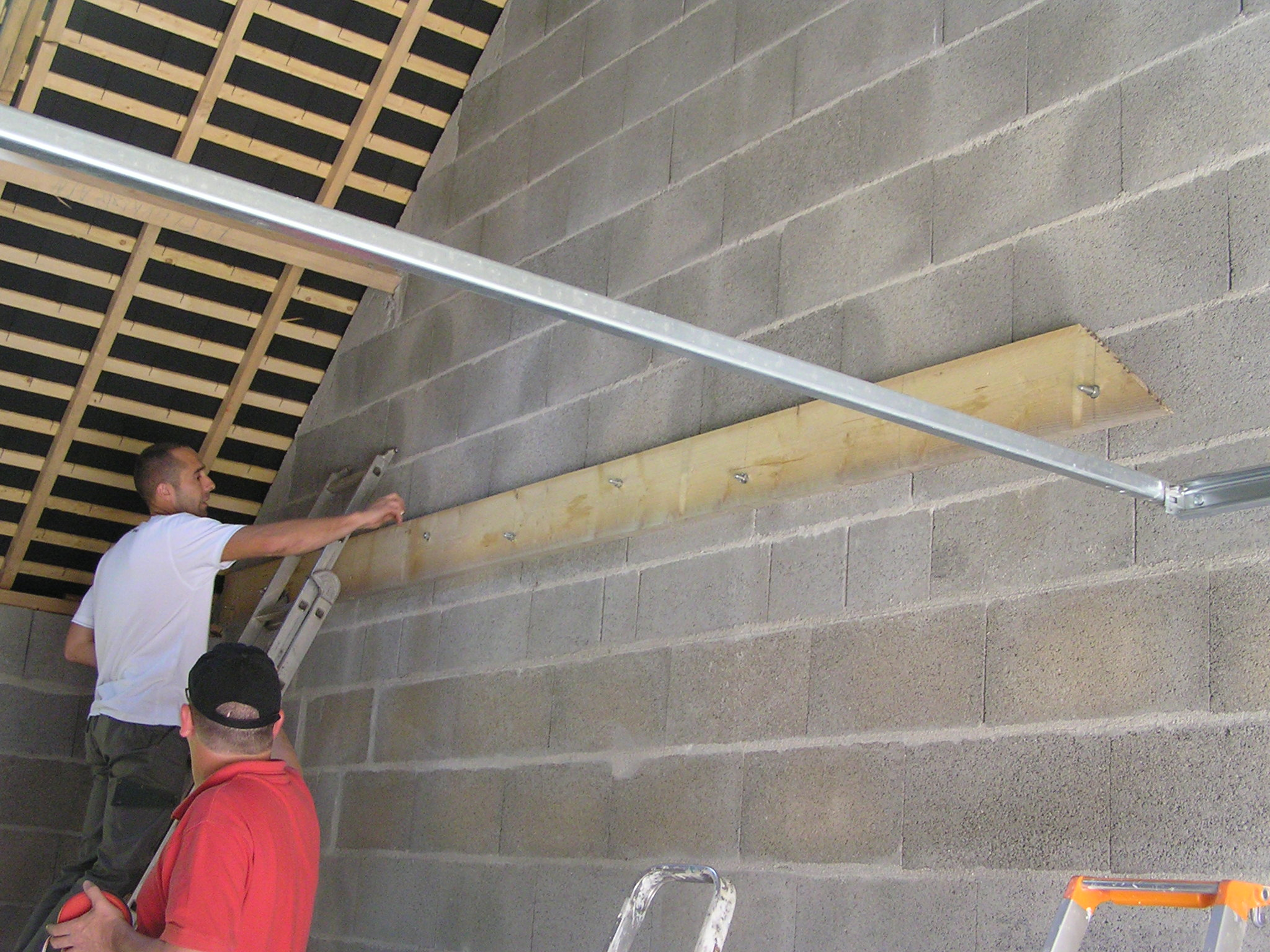 la construction de la maison la mise en place des solives pour le plancher du garage. Black Bedroom Furniture Sets. Home Design Ideas